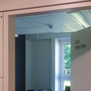 Dörren till ett rektorsrum står på glänt