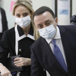 Premiärminister Irakli Garibashvili och hans fru Nunuka Tamazashvili röstar i lokalvalet 2.10.2021