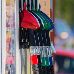Pistolmunstycken på bensinmack.