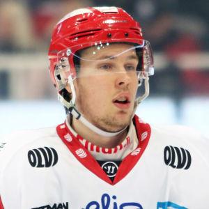 Antti Kalapudas tittar framåt.