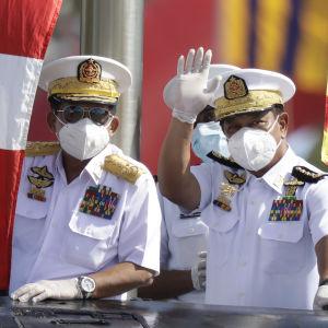 Armékommendören Min Aung Hlaing ( i mitten) som nyligen besökte en flottbas, försäkrar nu att militären kommer att respektera grundlagen.