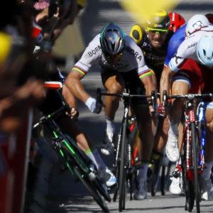 Peter Sagan armbågar Mark Cavendish.