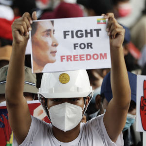 Demonstranter protesterar mot militärjuntan i Rangoon i Myanmar. En person håller upp en skylt där det står: Slåss för friheten.