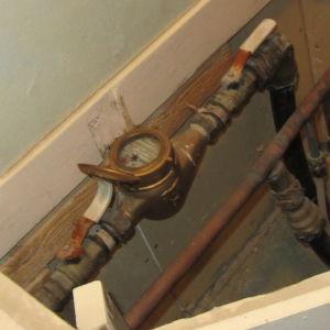 Vattenmätare i ett hushåll.