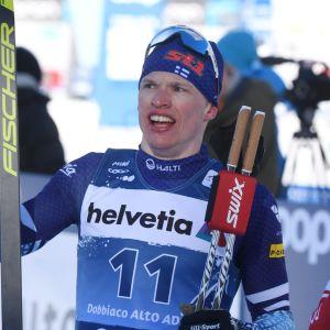 Iivo Niskanen och Sergej Ustjugov håller i sina skidor efter målgång.