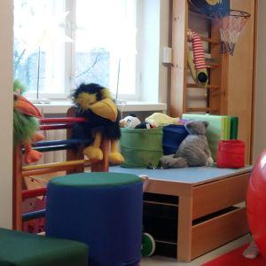 På ett terapicenter övas barnens olika färdigheter med leksaker, dockor, jumpabollar och andra stimulerande saker.