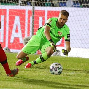 Lukas Hradecky slänger sig mot en boll.
