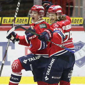 HIFK firar mål i hockeyligan.