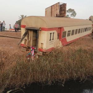 Tågvagnar har kört av rälsen.