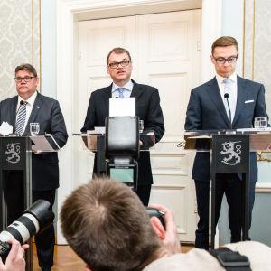 Timo Soini, Juha Sipilä ja Alexander Stubb pitää tiedoitustilaisuutta
