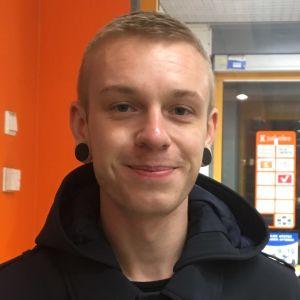Vägarna ska vara i skick och det är viktigt att alla har tillgång till vård när de behöver det, tycker korsholmaren Rasmus Geisor.