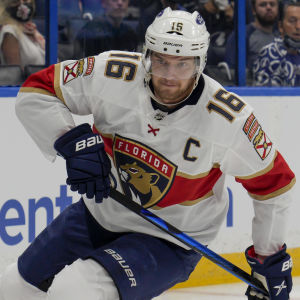 Aleksander Barkov jagar pucken på isen.