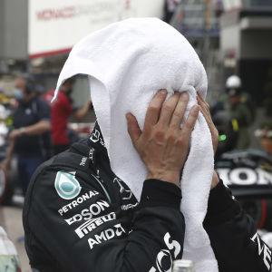 Valtteri Bottas begraver ansiktet i en handduk.