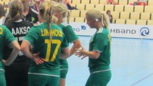 Tränare Marucs Sjöstedt talar med laget under en handbollsmatch mot BK-46:s damer i Sisu Arena i Karis.
