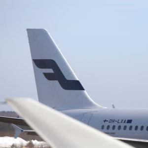 Finnair-flyg syns stå på marken i Helsingfors.
