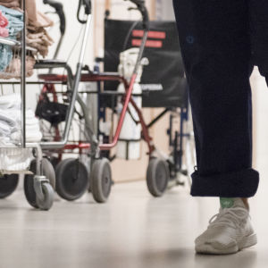 Sairaanhoitaja kävelee.