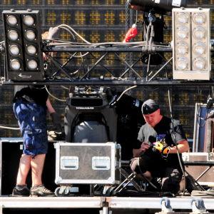 Scentekniken monteras inför konserten.