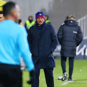 José Mourinho tittar på när Bodø/Glimt firar mål.