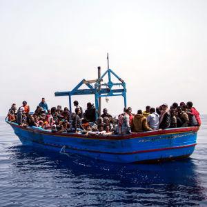 Migranter i träbåt på Medelhavet, ca 50 km utanför Libyens kust.
