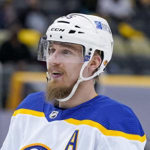 Rasmus Ristolainen på isen med Buffalo.