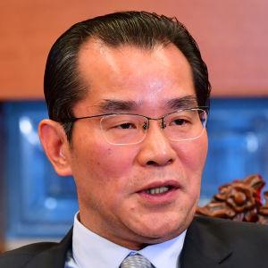 Kinas ambassadör i Sverige, Gui Congyou, har hotat Sverige med ekonomiska påföljder efter att Sveriges kulturminister deltog i en ceremoni där den i Kina fängslade bokförläggaren Gui MInhai fick ett yttrandefrihetspris.