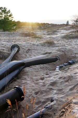 Fortumin tuhkankäsittelylaitoksen putkia Mäntyluodon rannalla.