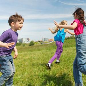 Barn som springer på en äng.