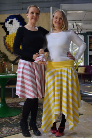Två kvinnor iklädda randiga kjolar
