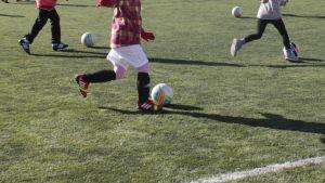 piffens flickor tränar fotboll