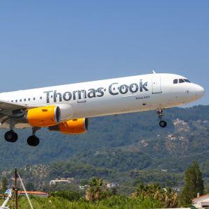 Ett Thomas Cook-flygplan färdas över Skiathos i Grekland.