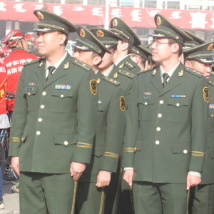 Militära personer i Taiwan tittar åt sidan.