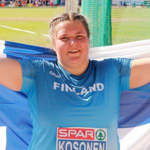 Silja Kosonen med Finlands flagga.