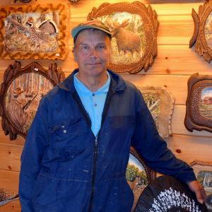 Lars-Göran Söderholm med några av sina konstverk