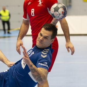 Nico Rönnberg kastar framför georgianska försvarare.