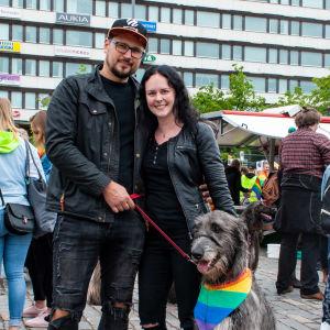 En man och en kvinna och deras hund.