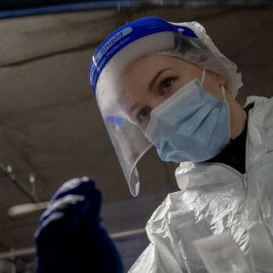 En sjukskötare genomför ett coronatest.