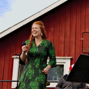 Charlotta Kerbs tillsammans med blåsorkester.
