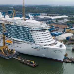 Fartyget Costa Toscana vid varvet i Åbo.