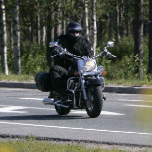 En person kör motorcykel.