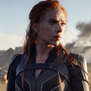Scarlett Johansson ser ut mot horisonten som sin karaktär i Black Widow.