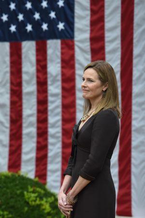 Trump och Coney Barrett 26.9 framför stor amerikansk flagga