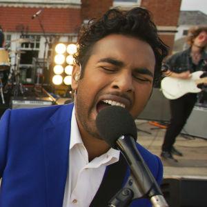 Jack (Himesh Patel) uppträder tillsammans med ett band.