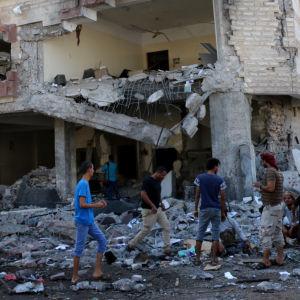 Förödelse efter bilbomb i Aden.