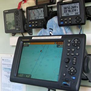 Mittareita ja laitteita navigointihytissä