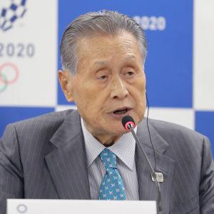 Yoshiro Mori talar i mikrofon.