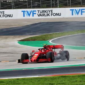 Charles Leclerc kör av banan i Turkiet.