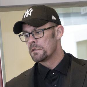 Ilja Janitskin anländer till rätten.