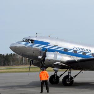 DC-3an på Vasa flygfält.