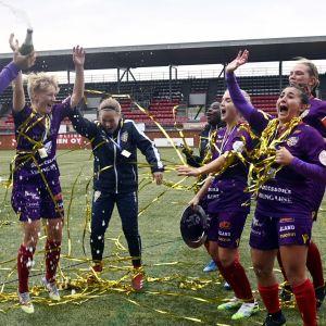 ÅU-spelare firar cupguldet.