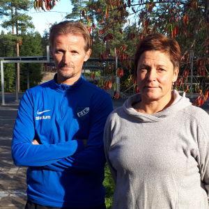 Patrik Sandell och Gun Sonntag på en idrottsplan.